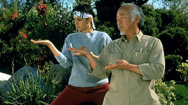 Ralph Macchio y Noriyuki Pat Morita como Daniel Larusso y Kesuke Miyagi en Karate Kid, 1983