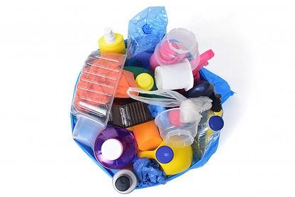 poubelle-plastique-isole-blanc_67651-191