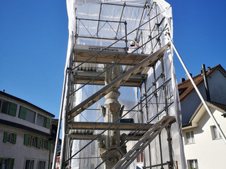 Ein Gerüst für den Dorfbrunnen Lachen / Marienbrunnen