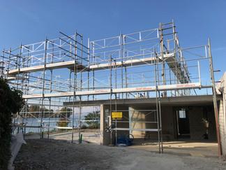 Gerüst wartet auf neues Einfamilienhaus in Bäch