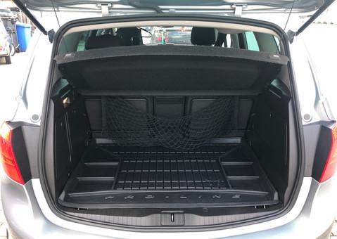 Innenraumreinigung - Saugen des Kofferraum und Reinigung der Kofferraumwanne