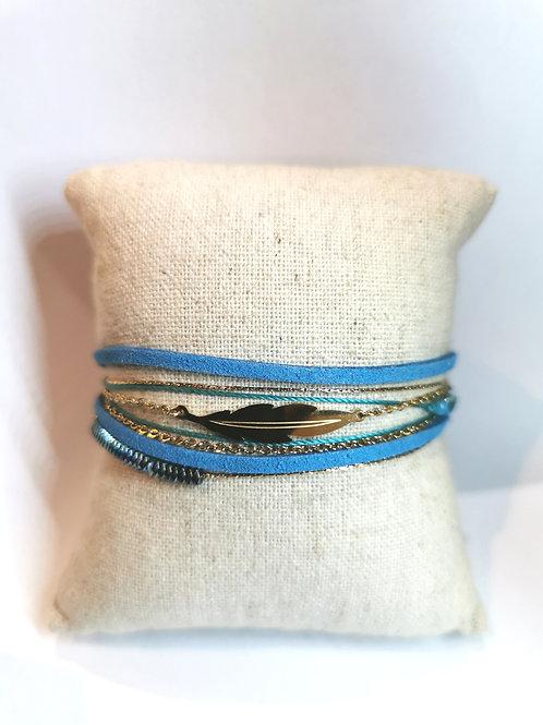 bracelet doré avec plume et lanières en cuir bleu