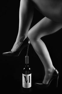 Művészi aktfotózás bor elegancia reklámfotó.jpg