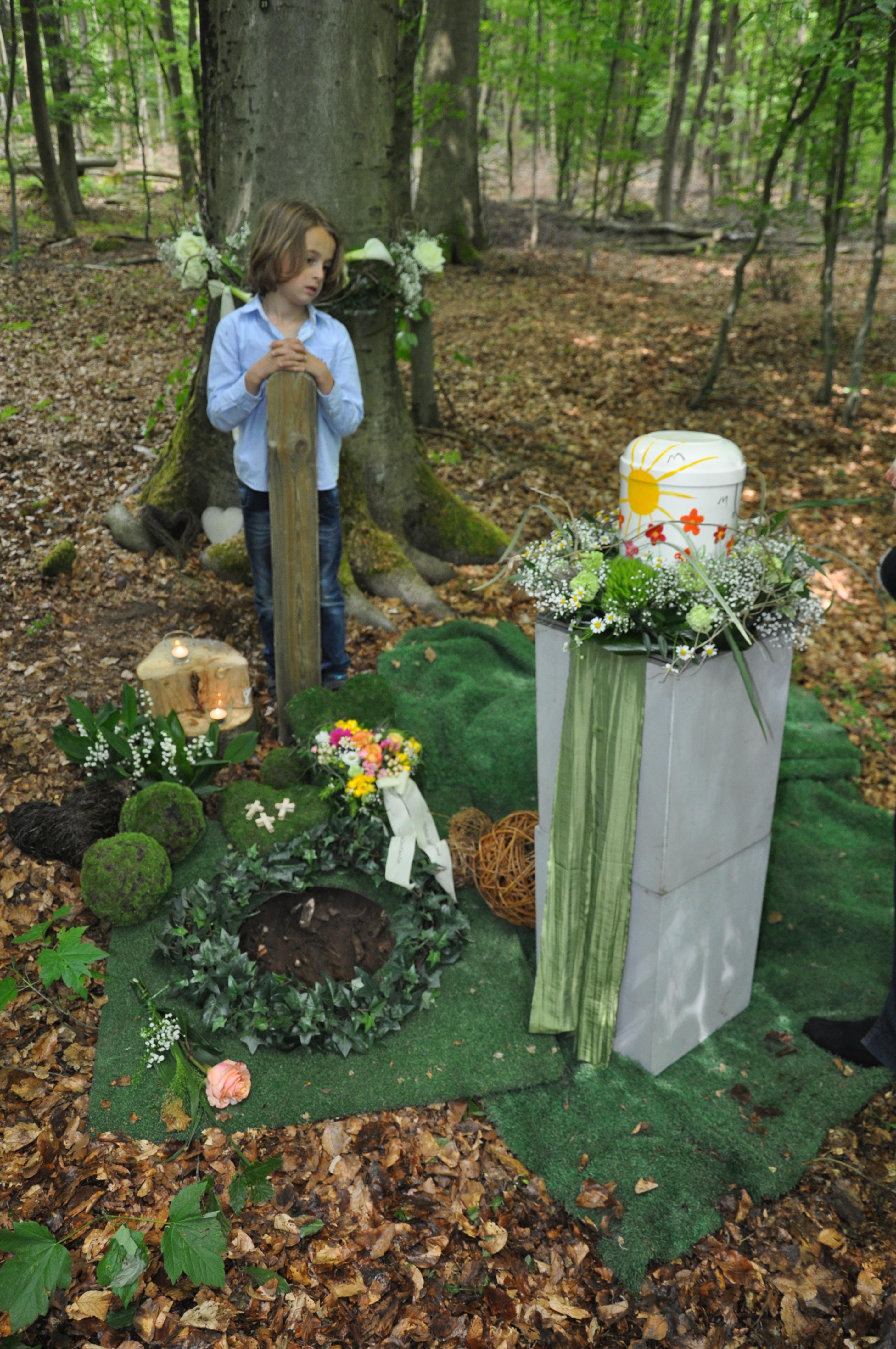 Constantin und die Urne seiner Oma