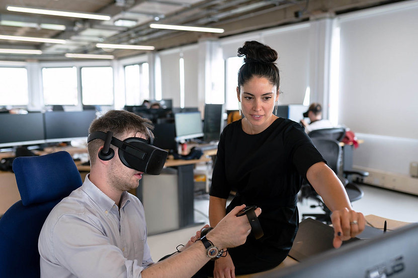 designer-working-with-virtual-reality-he