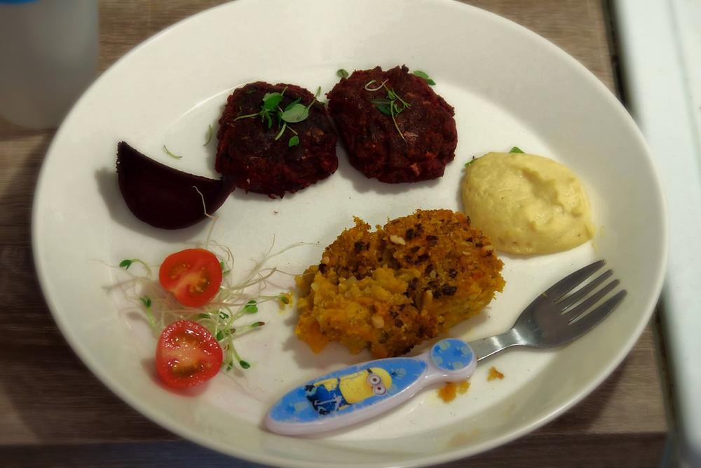 Härkisnappeja, kvinoa-porkkanalaatikkoa, hummusta sekä tuorepaloina tomaattia ja punajuurta.