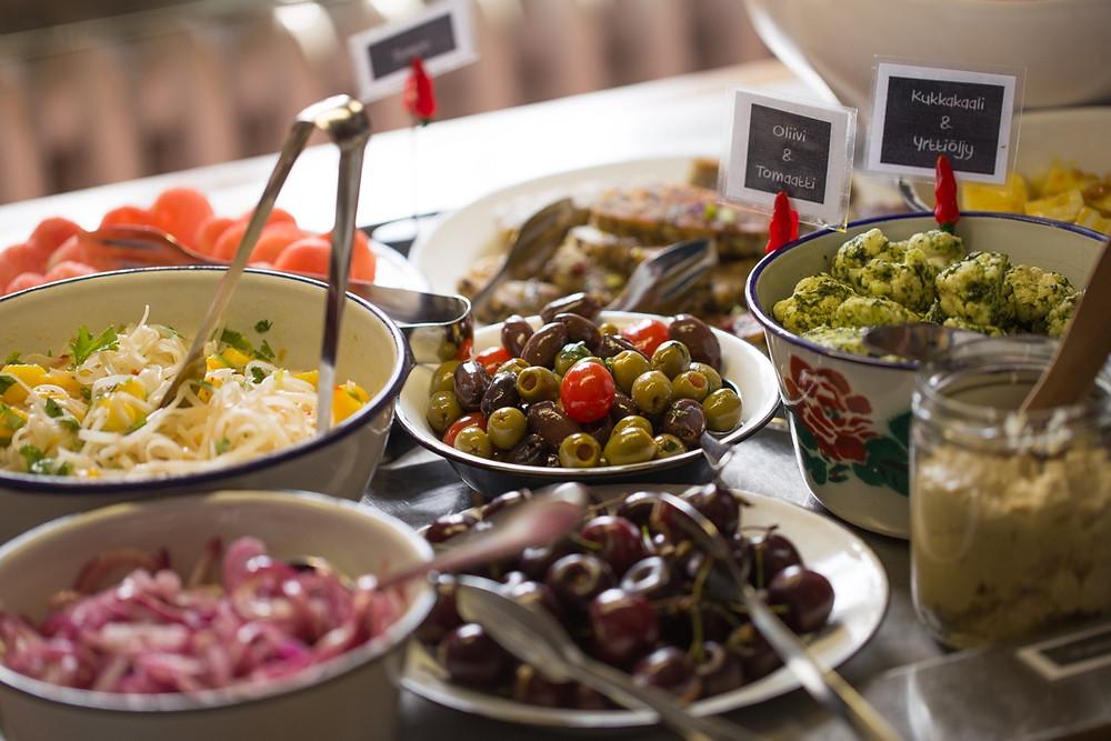 Hyve&Pahe-kahvila-ravintolan salaattipöytä.