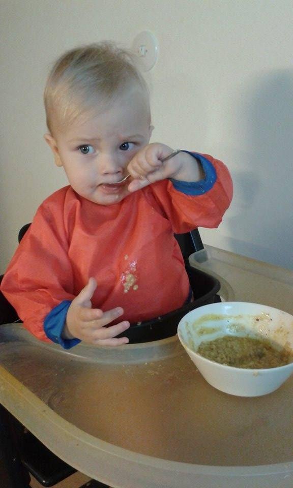 Lapsi syö puuroa.
