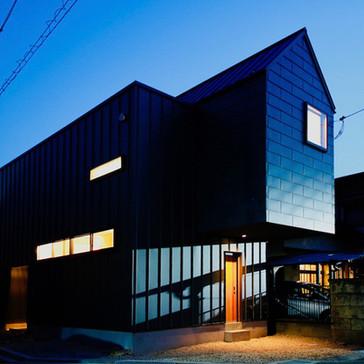 光溢れる三角の家