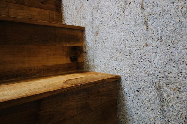 階段と木毛.JPG