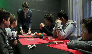 Tour de magie expliqué aux élèves de l'école de magie avec le magicien William Arribart