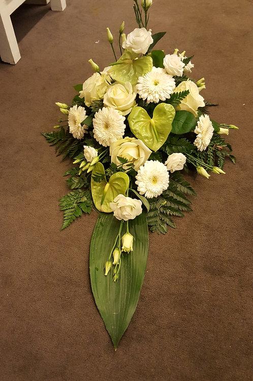 hvid og grønt båre dekoration med bånd