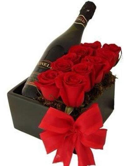 En æske med rød roser og vin