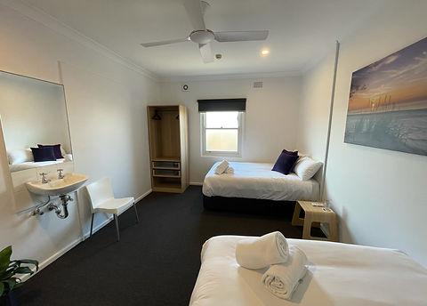 the-plantation-hotel-coffs-harbour-quadruple-shared-bathroom-2-1-scaled.jpeg