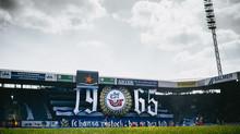 Neue Werbung im Stadion.