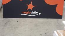 Neuer Werbebanner auf dem Platz.