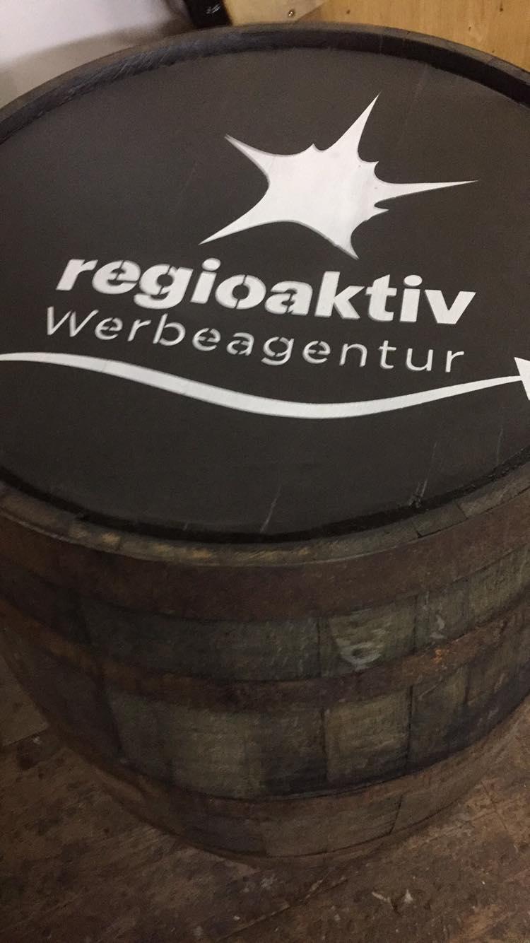 Whiskyfass mit Firmenlogo
