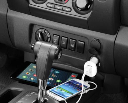 Aus Kunststoff Zwei USB-Anschlüsse (5 V/1 A und 2,1 A) Eingangsleistung 12–24 Volt, Ausgangsleistung 2,1 A max. LED-Ring leuchtet weiß, wenn eingesteckt Kompatibel mit Geräten mit USB-Kabel zum Laden USB-Kabel nicht inbegriffen