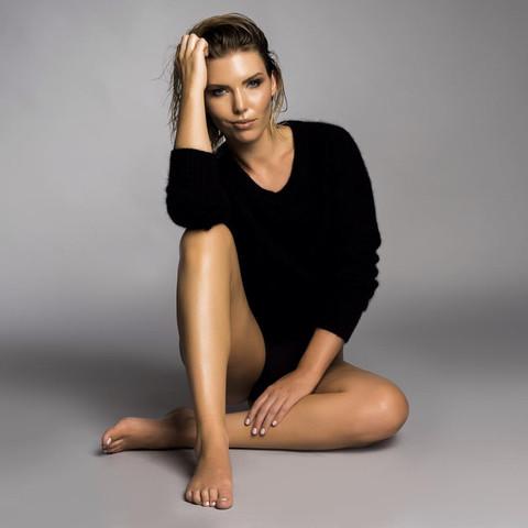 Model: Lauren Sampson Photographer: Amy Nelson Blain