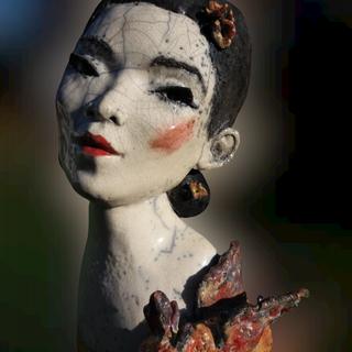 Geisha petit dragon.Visible à la Galerie Terre d'Ici à Perros Guirrec