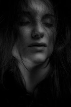 Sort hvitt foto; portrett kvinne