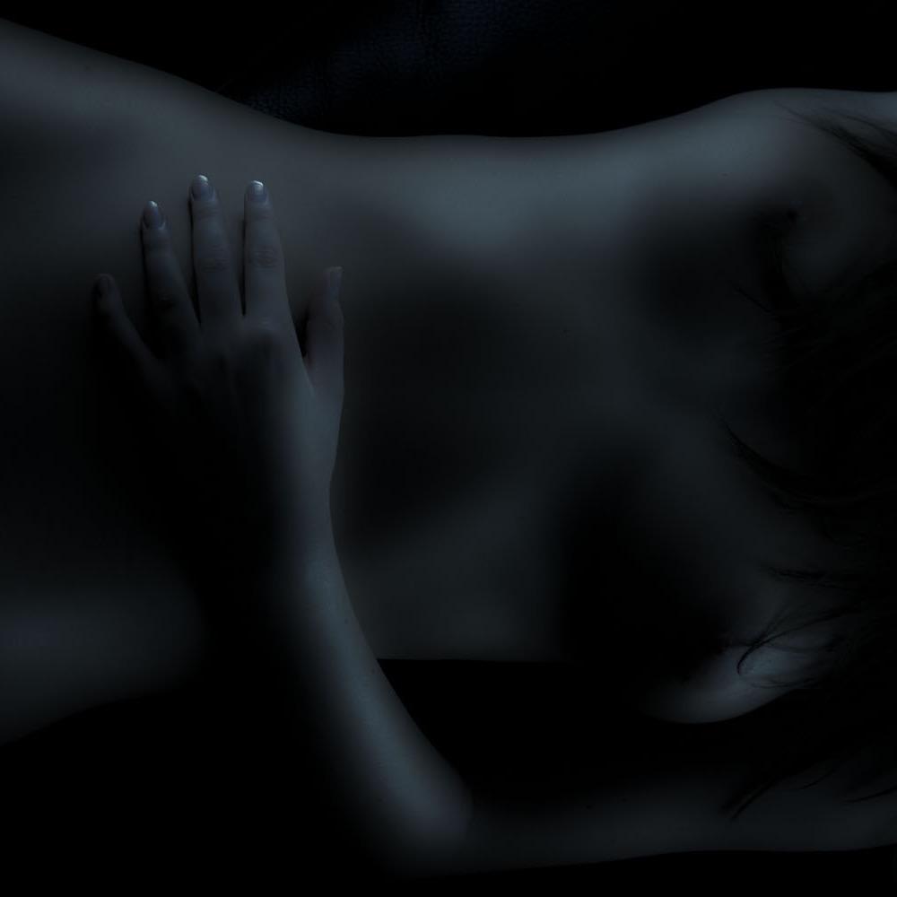 bodyshot-kvinne-aktfoto-sorthvitt