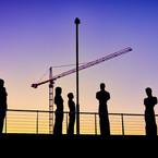 Barcode-personer under byggekran-kunstfoto