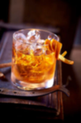 Foto av wiskeyglass med isbiter og appelsin