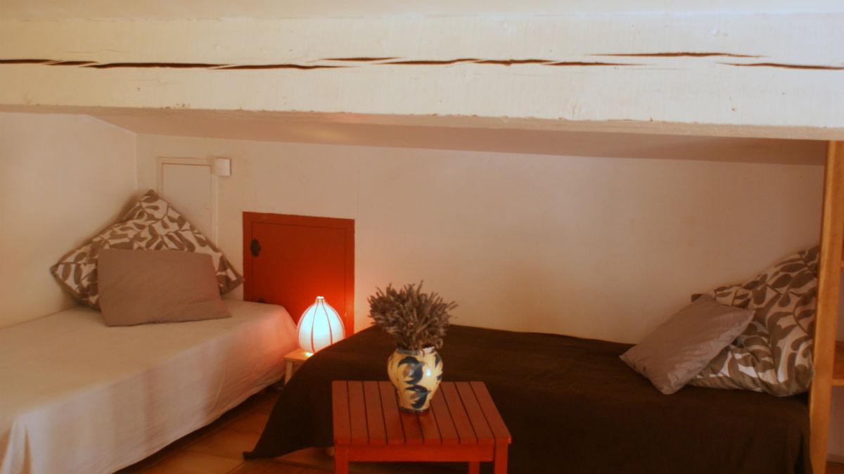 Lits simples dans le coin séjour / Single beds in the living