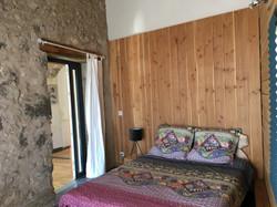 Lit double et porte vers Pimprenelle le haut / Double bed and door to Pimprenelle le haut