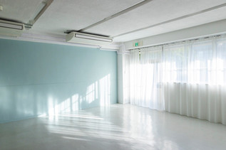 ②ペールカラーの壁:窓からの自然光
