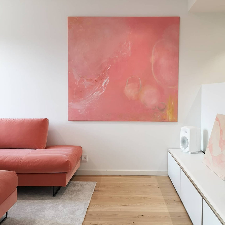 Kuuma - suuri korallinvärinen abstrakti teos tehty tilaustyönä Duplioon. Akryyli ja öljy kankaalle.
