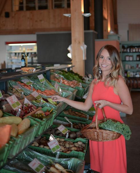 Als holistische Gesundheits- und Ernährungsberaterin begeite ich Sie auch bei Ihrem Wocheneinkauf.  Dabei gebe ich Ihnen nützliche Tipps und verrate Ihnen, auf was Sie beim Kauf von Lebensmitteln achten müssen um gesund zu bleiben.