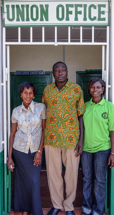 De g. à dr., Comfort Kumeah, Paul Celestine Koffi-Buah et Cecilia Apianim, respectivement secrétaire, président et trésorière de la coopérative Kuapa Kokoo au Ghana
