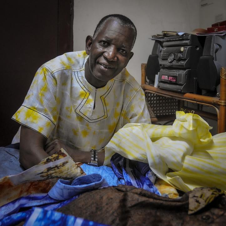 Le styliste des chefs d'Etat africains Pathé'O dans son atelier d'Abidjan, Côte d'Ivoire