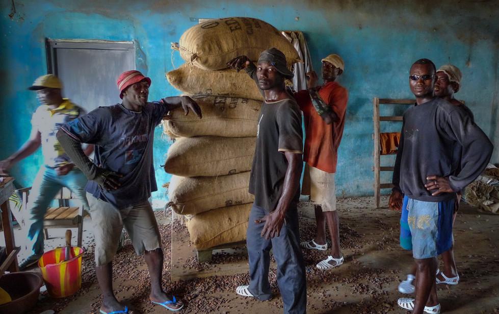 """Les """"maraka"""", manutentionnaires des sacs de fèves à Issia, Côte d'Ivoire"""