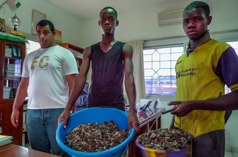 """Trois employés de SAF cacao présentent des échantillons. """"C'est quoi, cette merde? Renvoyez-la"""", dit Ali Lakiss."""