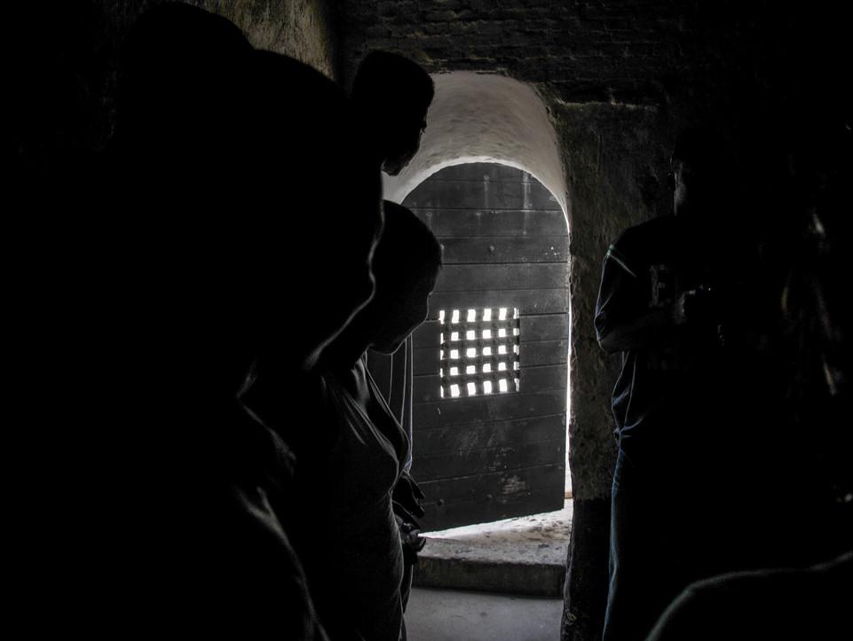 """Au """"château"""" d'Elmina, Ghana, la porte par laquelle passaient les esclaves avant d'embarquer pour l'Amérique. Elmina était le principal centre de déportation d'Afrique de l'Ouest."""