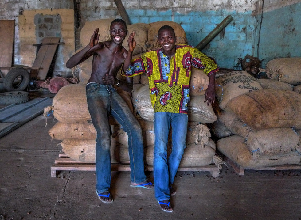 """Imitation de """"coupé-décalé"""", la danse populaire du moment, au centre de collecte de Sassandra, Côte d'Ivoire"""