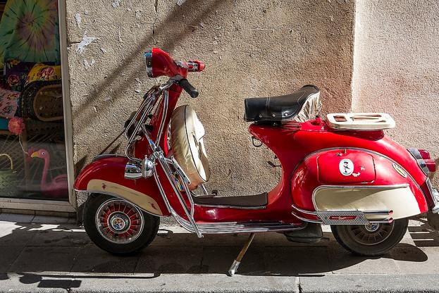 Red Vespa, Arles