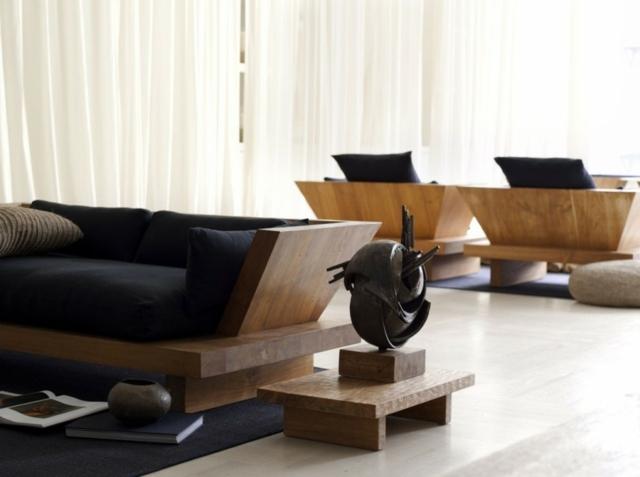 Un salon avec du mobilier d'art