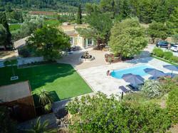 Une vue sur le jardin et la piscine