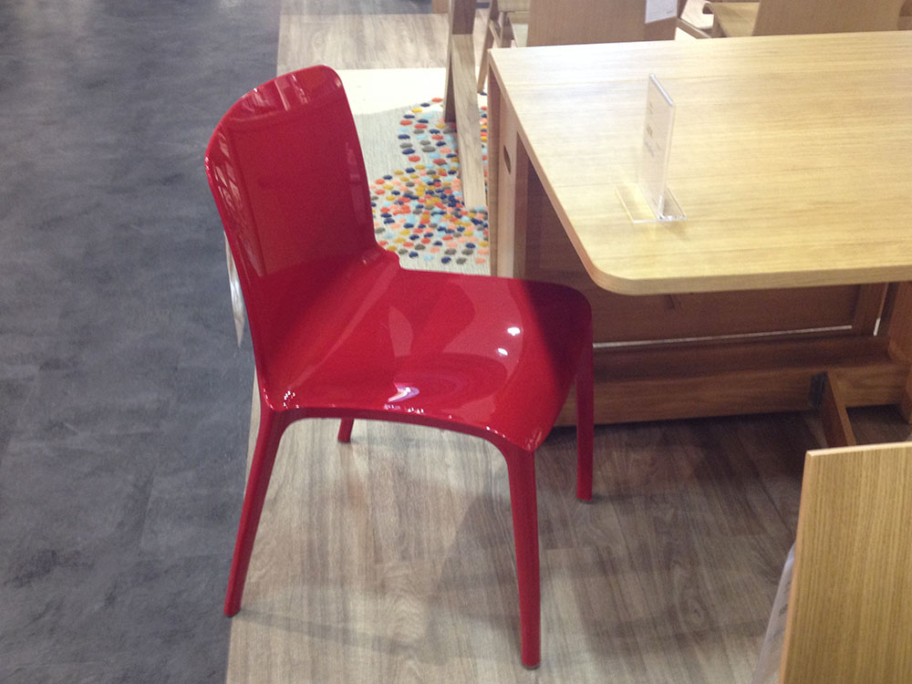 Une chaise rouge design