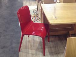 Une chaise rouge design
