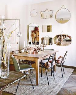 Une table en décoration et du cachet