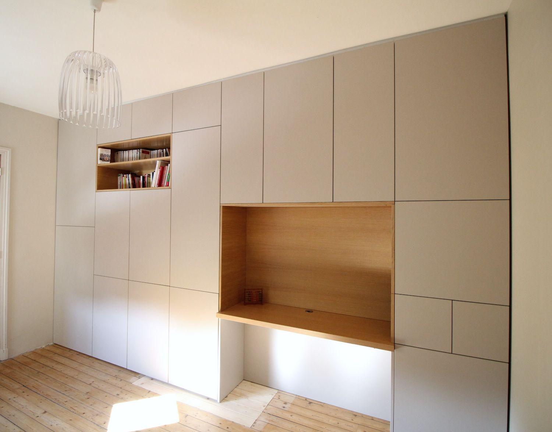 Un grand mobilier toute largeur sur-mesure avec un espace bureau