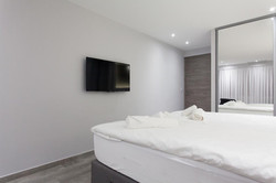 Une chambre spacieuse aménagée
