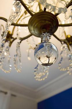 Détail lustre ancien, verre et méta