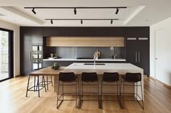 Une cuisine noir et bois