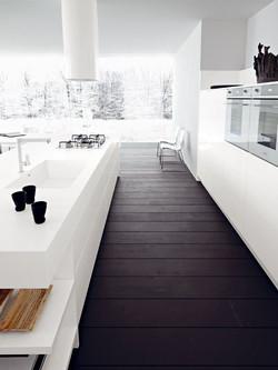 Un sol sombre et une cuisine blanc
